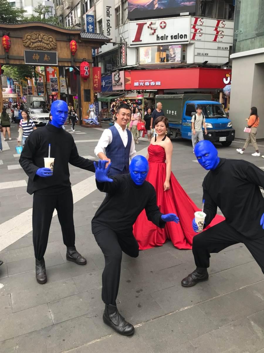 藍人驚喜現身台北街頭 群眾爭相搶拍