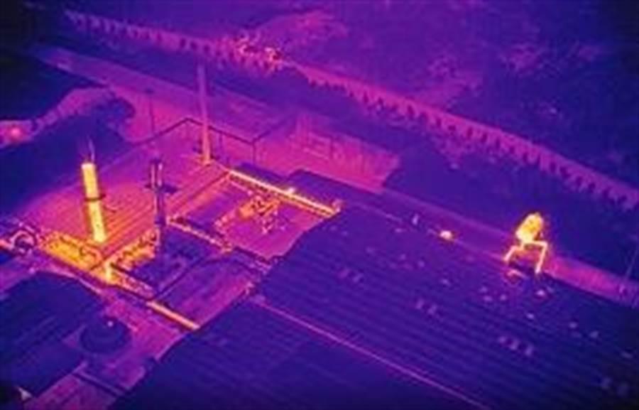 ▲環保局以紅外線熱顯像儀的科技執法,鎖定違法排放點進行空拍稽查,讓空汙無所遁形。(環保局提供)