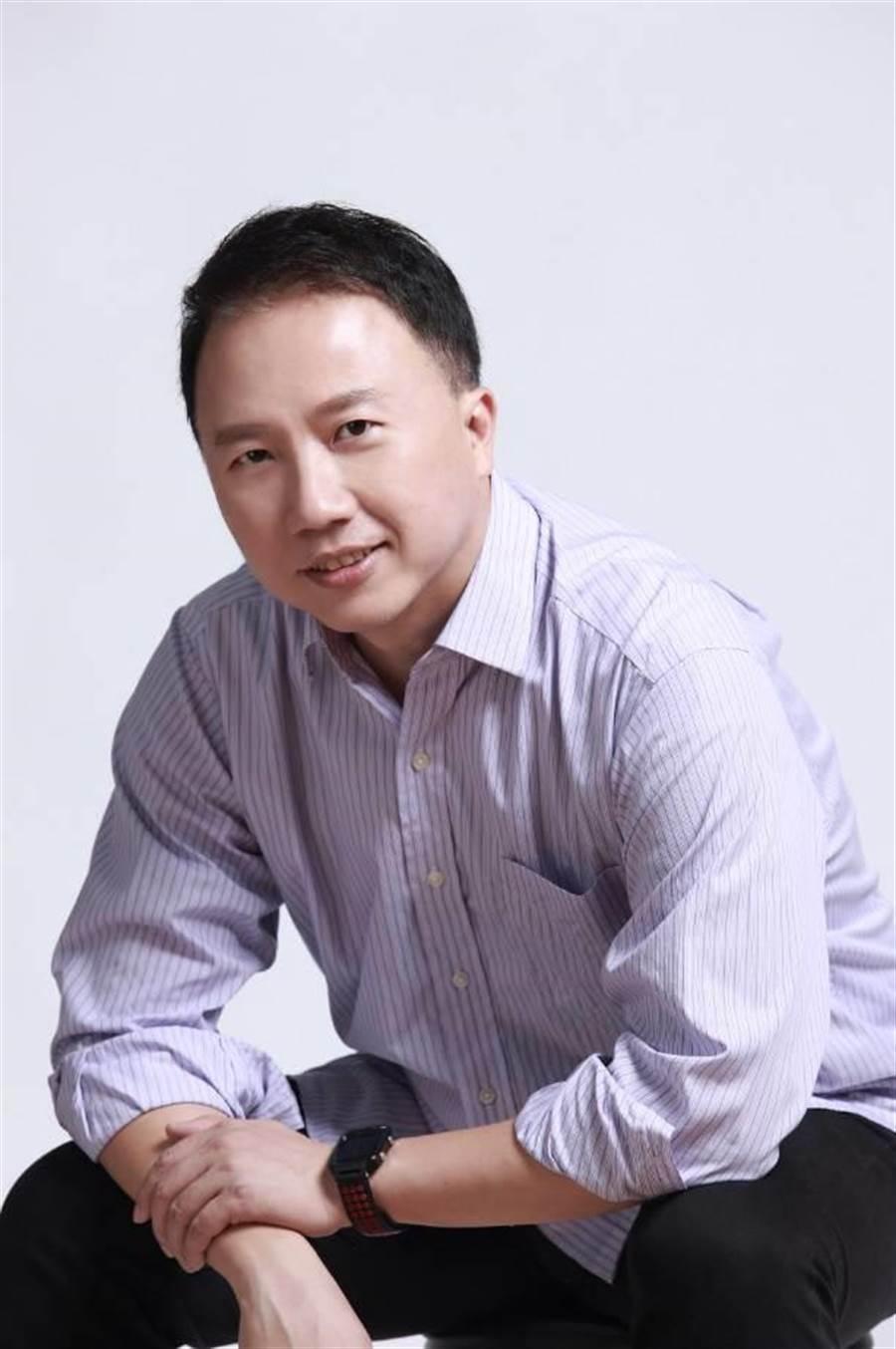 楊俊元原是公司法務長,經過「東森學院」多年訓練畢業。(圖/東森購物提供)