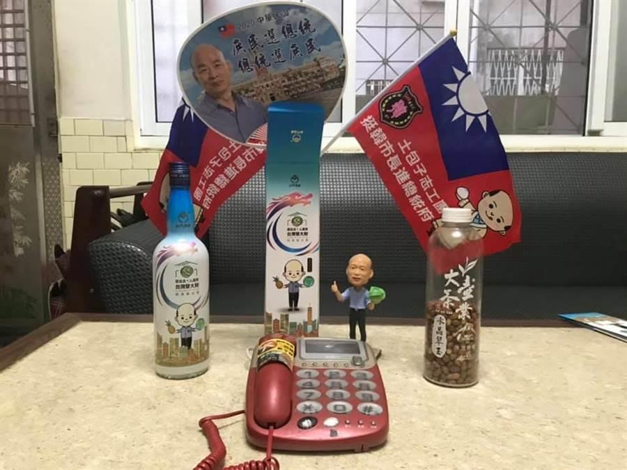 韓粉盼民調電話打來,在家用電話旁「擺陣」。(圖/取自臉書社團「韓家軍」)