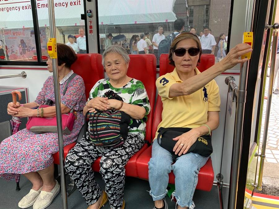 因應高齡化社會來臨,北市交通局推動公車友善心運動,提醒長者搭乘公車遵守下車前按下車鈴、公車到站再起身、下車小心左右看等三大守則,確保乘車安全。(林縉明攝)