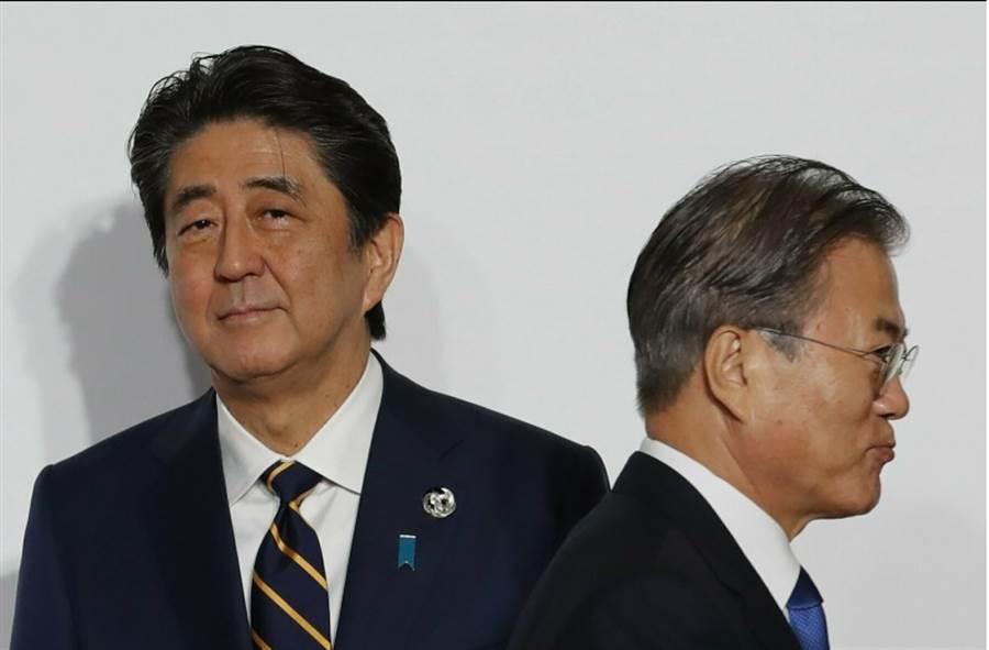 日本首相安倍晉三表示,日本懷疑韓國沒有遵守貿易管制規定,直指韓國的話不值得信任,並計畫將南韓從可信賴的友好國家「白色國家名單」移除。圖為安倍晉三與韓國總統文在寅於日本G20上擦身而過。(美聯社)