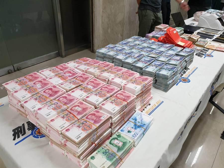 警方查扣到供養紅包、大量現金、帳冊、認證書等贓證物。(林郁平攝)
