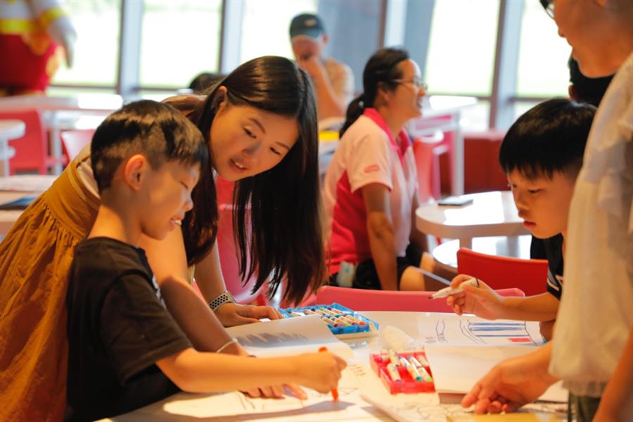 課堂中充滿歡笑聲,講師與孩童密切互動,家長小孩一起同歡。/故宮南院提供