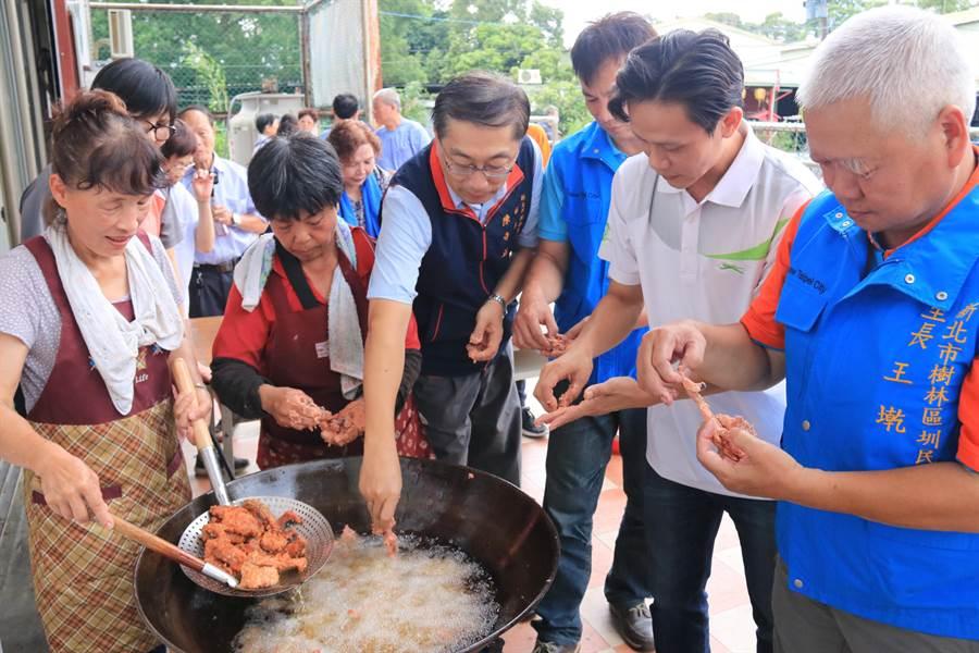 樹林區長陳奇正體驗製作紅麴料理樂趣。(許哲瑗翻攝)