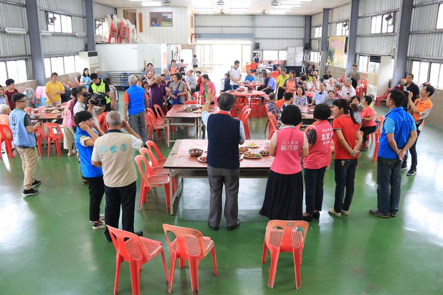 樹林區公所11日上午舉辦「紅麴烹飪推廣教學活動」,一道道紅麴好菜端上桌、香氣四溢,為紅趜文化節暖身。(許哲瑗翻攝)