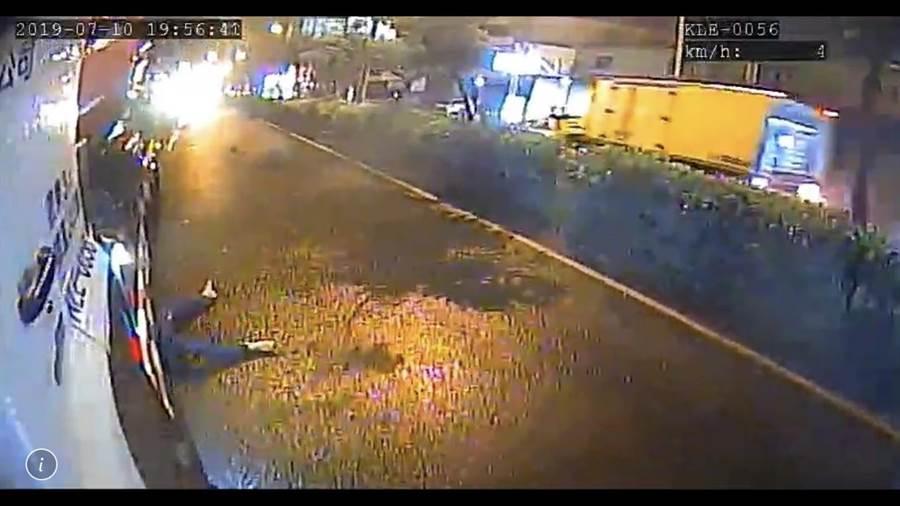 ▲草屯昨日深夜發生女子穿越馬路不幸被混凝土輾斃意外現場。(楊樹煌翻拍)