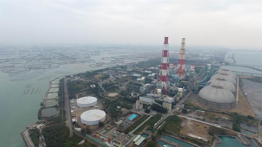 西部地區PM2.5仍無法達到15微克的標準,圖為高雄興達電廠。(資料照/地球公民基金會提供)