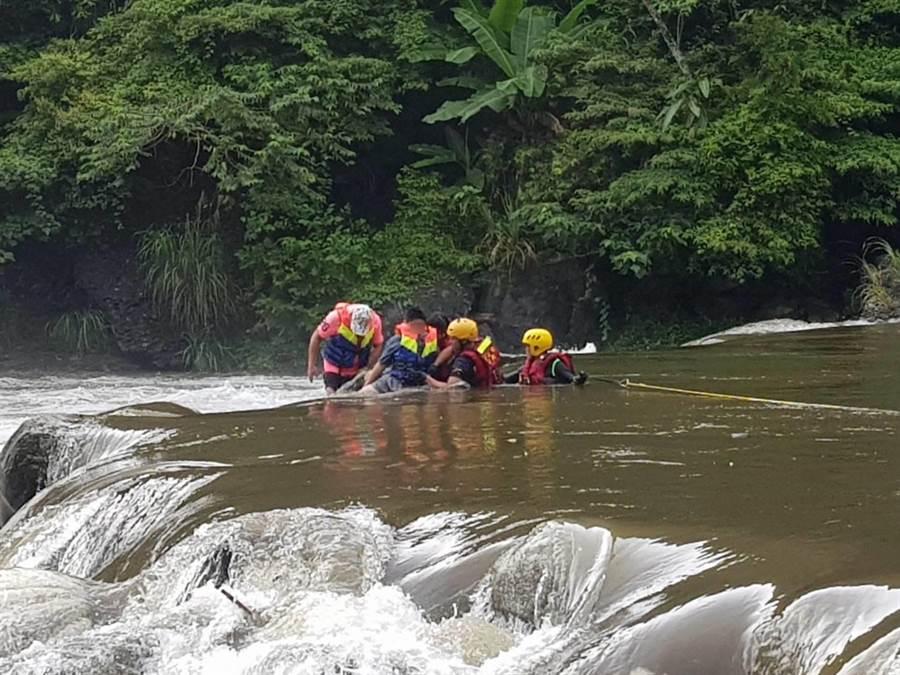 警消利用繩索等工作,將受困石頭上5人平安救回岸邊。(實習記者陳志綸翻攝)
