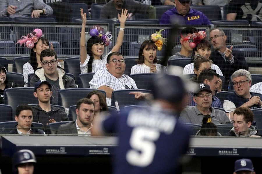 日本球迷觀看職棒比賽。(美聯社資料照)