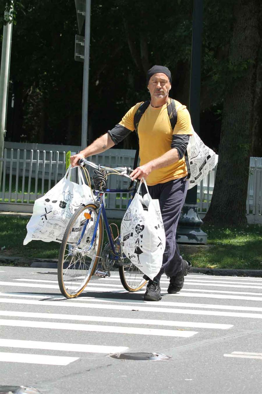 揮別鋼鐵人一角後,小勞勃道尼私下被拍到大包小包閒晃,跟戲裡億萬富翁形象相差甚遠。(達志影像)