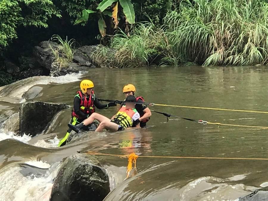 消防局拋攔截繩,並給予落水者救生衣,由救助隊員引導帶回上岸。(吳家詮翻攝)