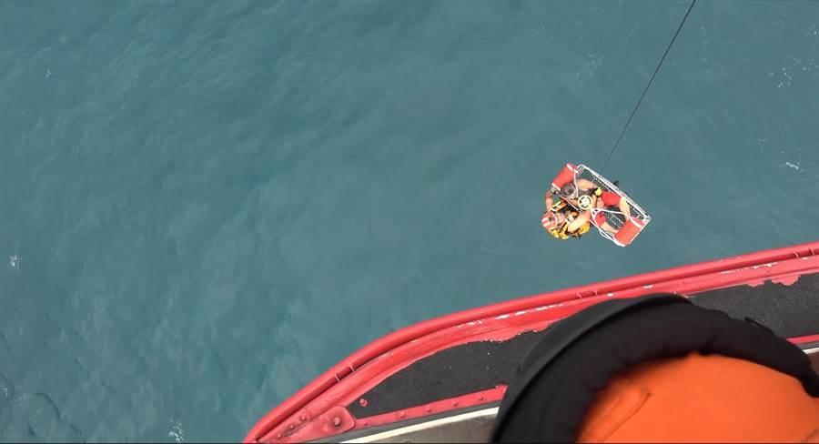 今(11)日上午11時許,「大益發66」漁船船長於富貴角西北45浬處,突然昏迷,艦隊分署向國搜中心申請派遣直升機吊掛救援。(張穎齊翻攝)
