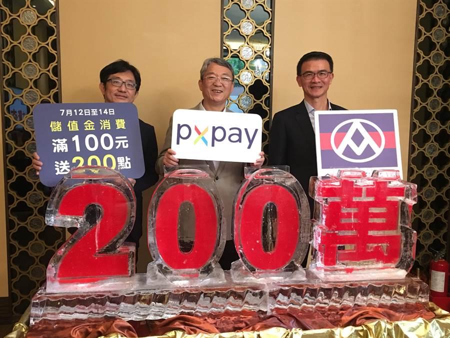 全聯行銷協理劉鴻徵(左起)、執行長謝健南、營運長蔡篤昌昨同慶PX Pay下載破200萬。(郭家崴攝)