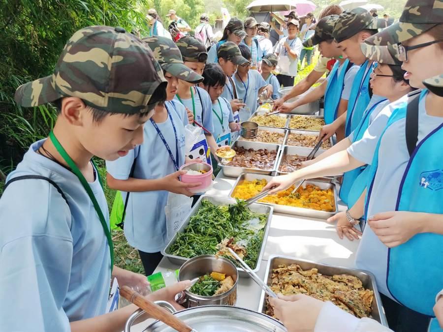 學員享用割稻飯。(苗栗家扶提供)
