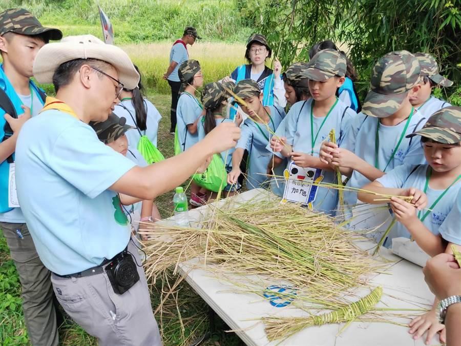 夏令營學員體驗稻草DIY。(巫靜婷攝)