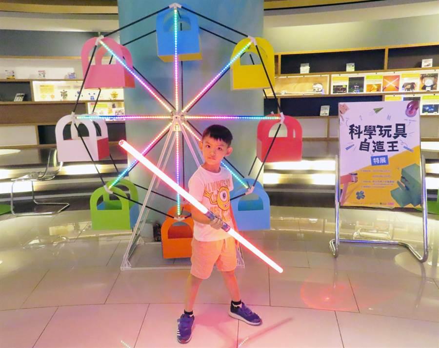 新北市創新學習中心暑假推出「科學玩具自造王」展覽,邀請「科學玩具自造王」作者、玩具實驗室的創辦人金克杰帶來從未曝光的巨型科學玩具。(實習記者陳志綸翻攝)