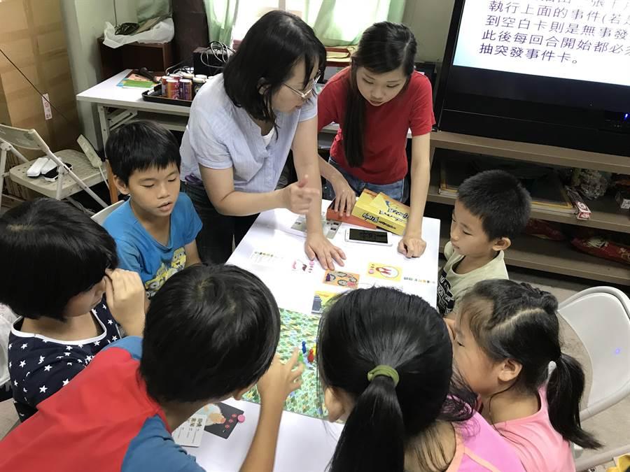 家扶兒們聚在一起專注討論起桌遊戰術。(謝瓊雲攝)