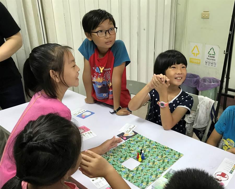 家扶兒踴躍發言,分享法扶桌遊體驗的收穫。(謝瓊雲攝)