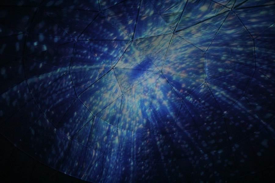 天幕影院可欣賞360度球型天幕投影的科幻、深海及大自然奇幻美景影片,加上美國知名大廠燈光音響,給遊客一場視、聽覺的雙重饗宴。(嘉義縣政府提供)
