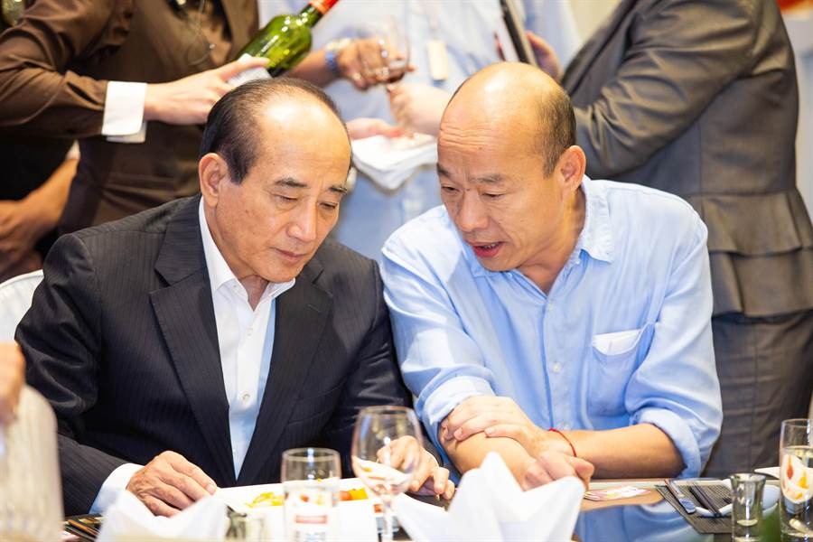 王金平與韓國瑜餐會上比鄰而坐,不時私語交換意見。(袁庭堯攝)