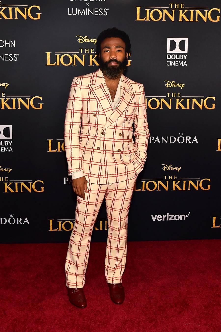 在電影《獅子王》為辛巴配音的唐納葛洛佛穿著GUCCI秋冬男士白紅色系格紋排扣劍領西裝,粗獷中不減斯文。(GUCCI提供)