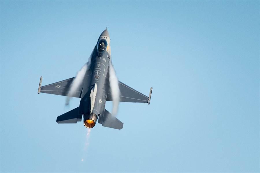 台灣向美國要求採購66架F-16V及其他F-16戰機升級案,預計在7月底就會有初步結果。(圖/美國空軍)