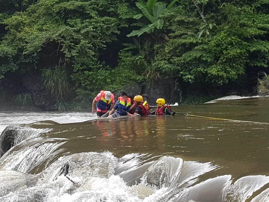 坪林露营遇大雨溪水暴涨多人落水,消防局呼吁呼吁海边、溪流戏水时,应注意当日天气预报及戏水安全问题。