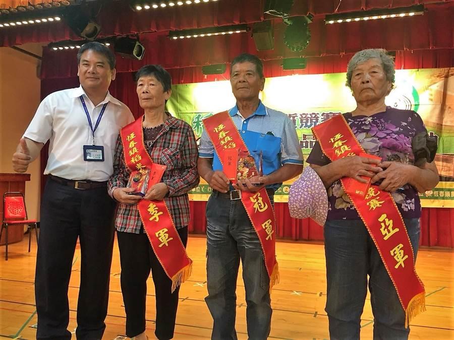 恆春農會11日選出稻米達人陳恆同(右二),現年80歲的他不僅二次奪冠,也是重拾友善耕作的有機農友,而他的成功祕訣是「少量保質」。(謝佳潾攝)