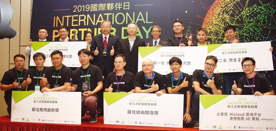 工業局電子資訊組林俊秀組長(後排右四)頒獎予「2019Hack IDBxNVIDIA嵌入式新創開發競賽」得獎團隊。圖╱陳宗慶