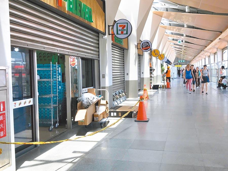花蓮車站通往後站的自由廊道上進駐許多店家,目前正加緊趕工。(許家寧攝)