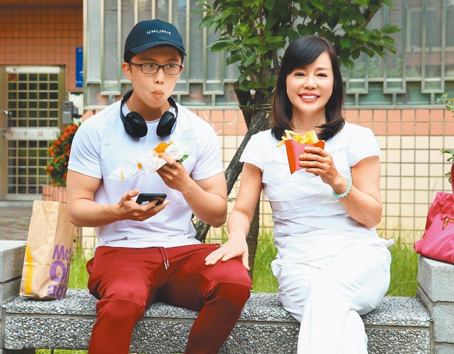 狄鶯(右)昨午和孫安佐配合公益短片橋段,母子嗑漢堡、薯條入鏡。(粘耿豪攝)