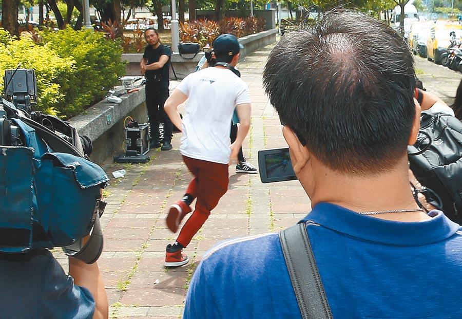 孫安佐(中)昨跑給媒體追,令眾人傻眼。(粘耿豪攝)