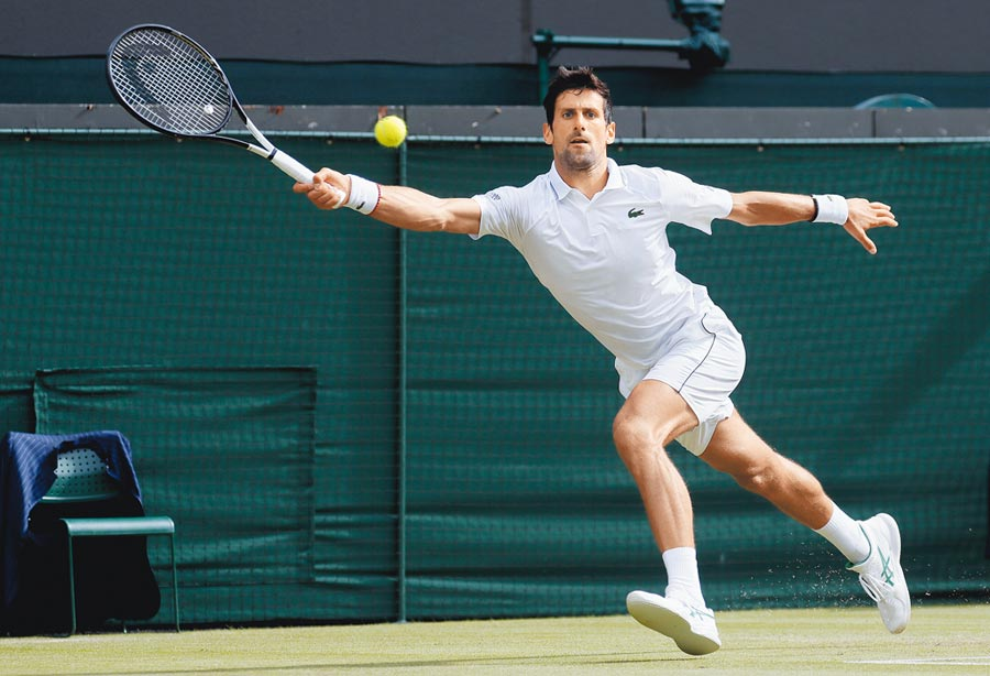 世界網球球王喬科維奇在溫布頓公開賽順利挺進8強。(美聯社)