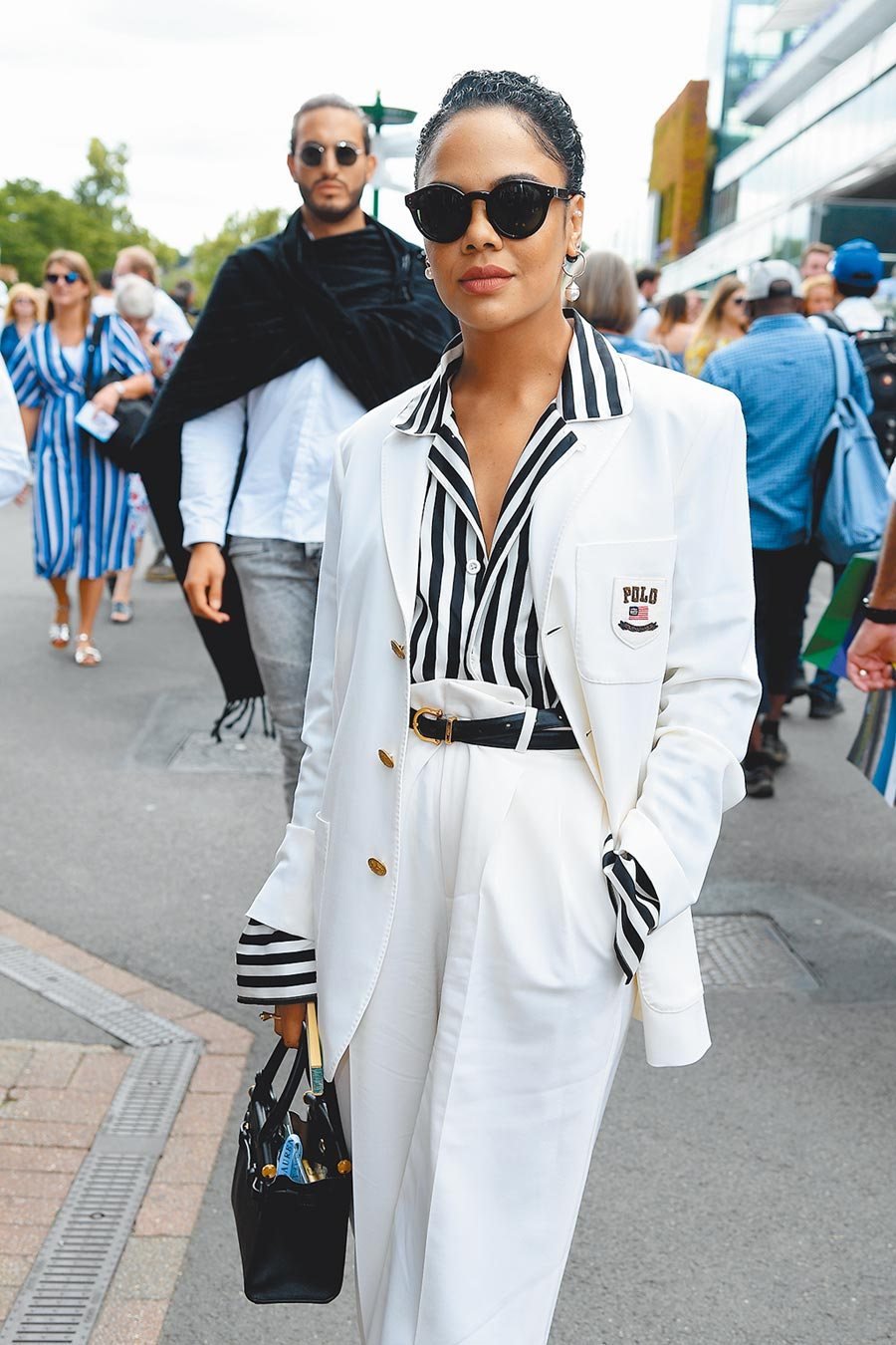 《MIB星際戰警:跨國行動》女星泰莎湯普森出席溫布敦網球錦標賽,Polo Ralph Lauren黑白條紋襯衫外搭logo白西裝,帥氣又搶眼。(CFP)