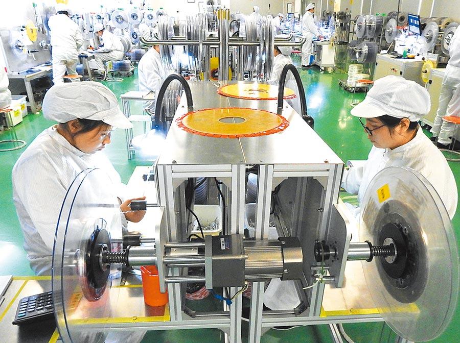 美國免除多項中國輸美產品高關稅,圖為2018年4月9日,工人在江蘇一家電子科技公司生產線上忙碌。(新華社)