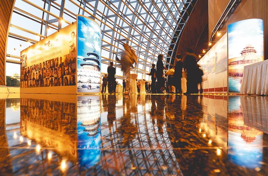 2012年9月29日,北京市人民政府新聞辦公室聯合外交部新聞司,招待常駐京境外記者、外國使節欣賞中秋音樂會。(新華社)