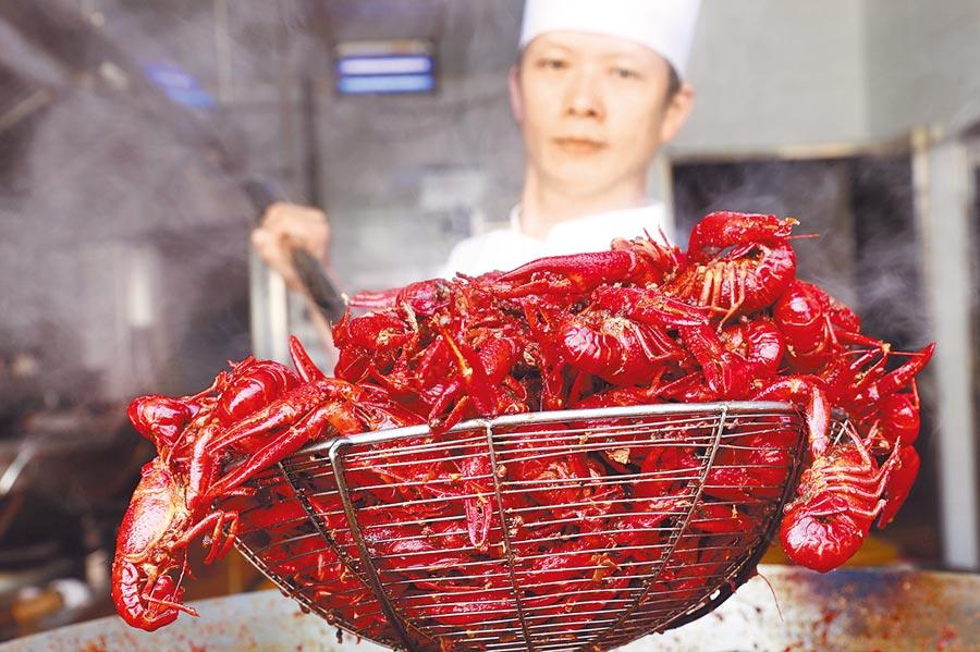 江蘇省盱眙縣的廚師在烹製小龍蝦。(新華社資料照片)