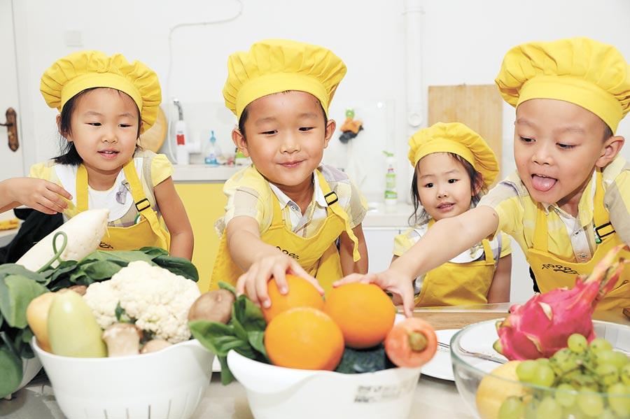 石家庄一间幼儿园的孩子们,选用食材准备制作营养蔬果盘。(新华社资料照片)