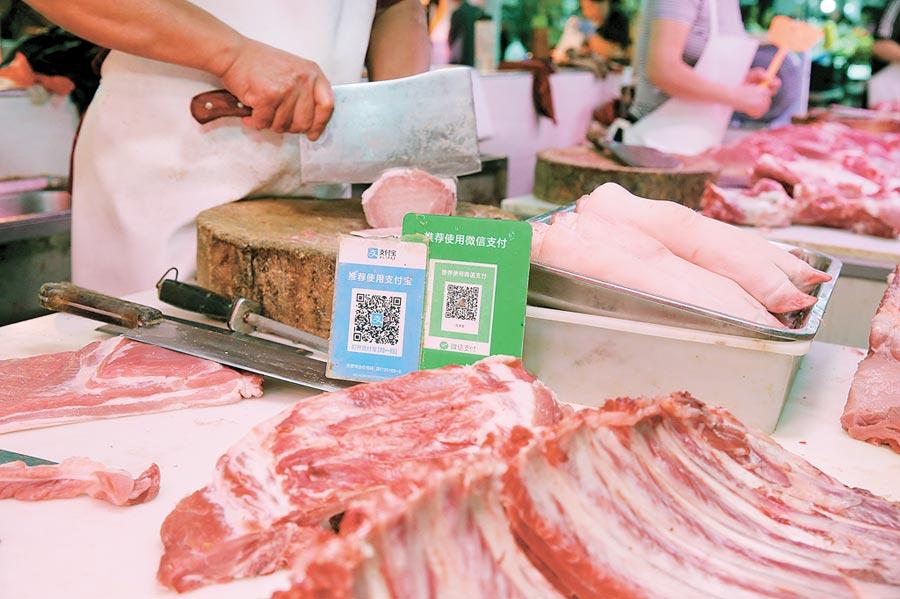 江苏一家菜市场猪肉销售摊位切肉。(新华社资料照片)