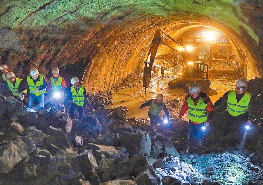 3月21日,北京冬奧會配套工程大張高鐵線下,工人在大梁山隧道內施工。(新華社)