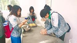 川台大學生逛碧峰峽 幫大熊貓打掃