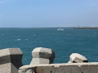 台中港海堤看人釣魚 男失足落海尚未尋獲