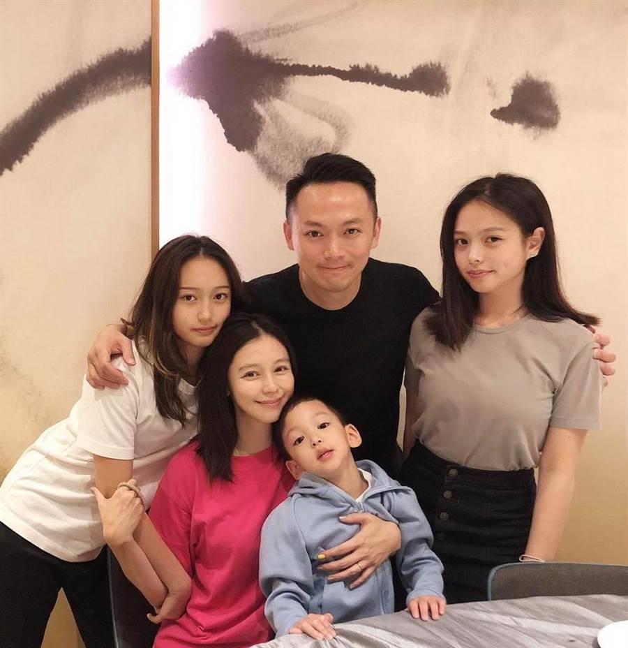 徐若瑄待2個繼女兒如親生。(圖/翻攝自臉書)