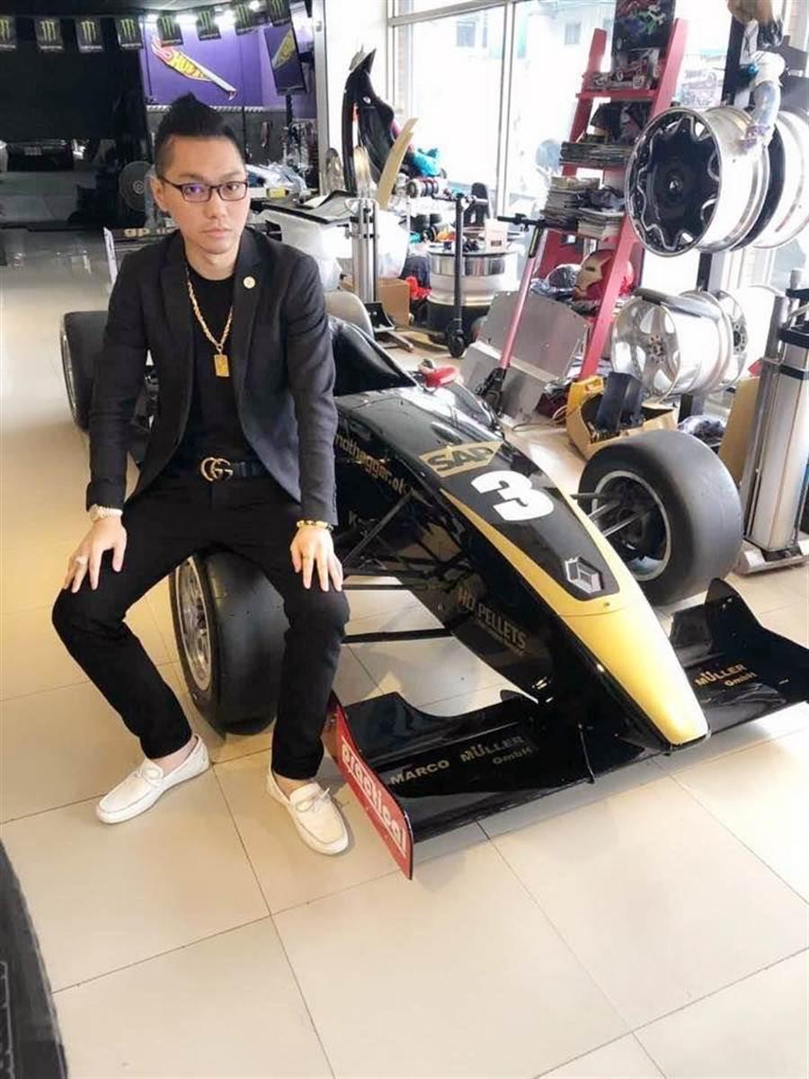 直播天王連千毅打出雷諾F3方程式賽車0元起標。(柯宗緯翻攝)