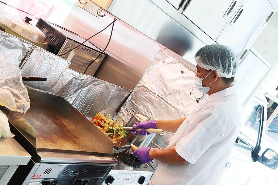 爐具、煎台、烤箱、電鍋、冰箱、收納櫃、水槽等您能想像的廚房設備,全在這一台客製化的餐車裡一應俱全,由擁有丙級證照的廚師料理佳餚。(圖取自活動官網)