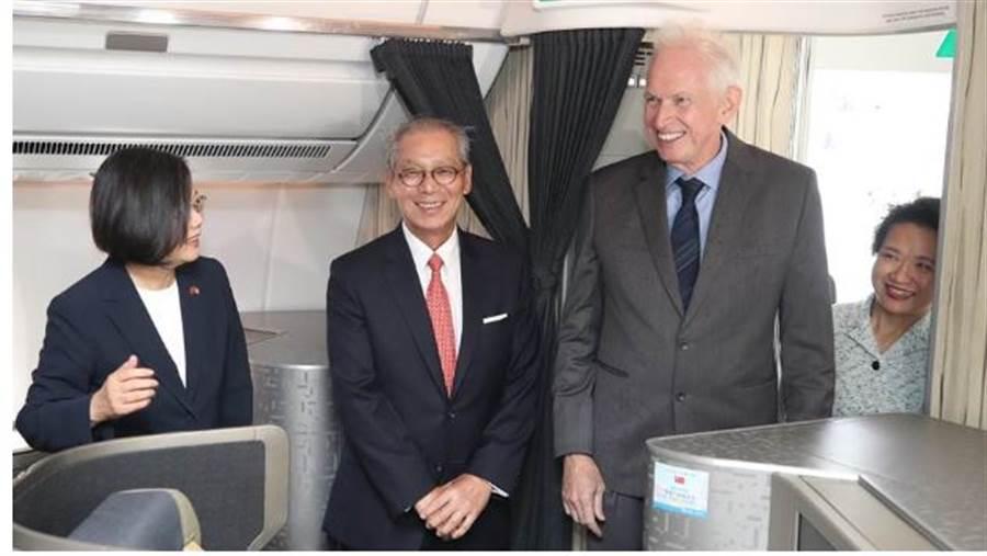 美國在台協會主席莫健、駐美代表高碩泰等人親上專機迎接蔡總統(採訪團提供)