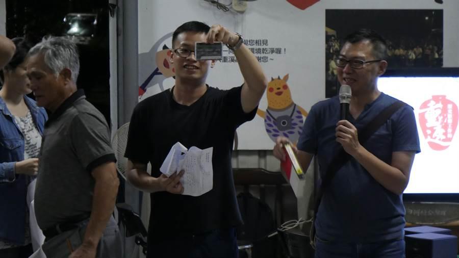 蔡慶同展示V8和錄影帶原件,期許能在部落找到更多影像記憶。(劉秀芬翻攝)