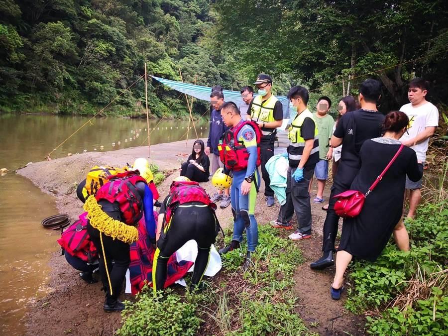 新北市消防局今天清晨在營區附近尋獲昨日坪林溺水失蹤男子遺體。(吳家詮翻攝)