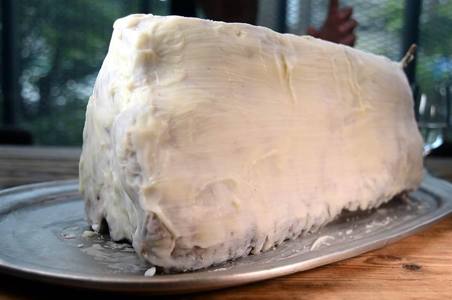 「覆油式」熟成法是以大量牛油包覆在整塊牛肉外層,阻絕空氣後自然熟成。(圖/姚舜)